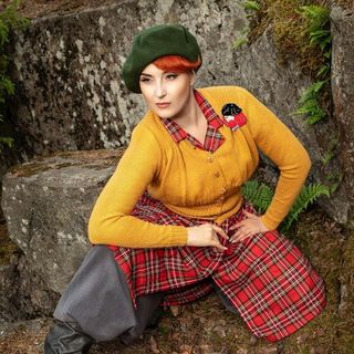 DAISY JEAN FLORAL Scottish Highlander Dun Bonnet Brooch